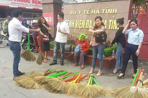 Nhóm nhà báo ở Hà Tĩnh bán chổi đót giúp người đàn bà mù lòa, cô đơn