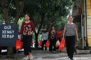 Phụ nữ thành phố Vinh dùng làn nhựa đi chợ, hạn chế túi nilon để bảo vệ môi trường