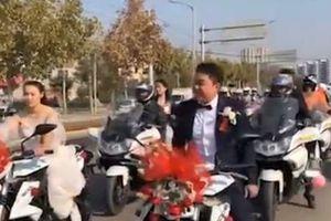 Cô dâu tự lái xe máy theo chú rể về dinh
