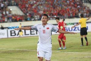 CĐV Việt Nam ăn mừng bàn thắng thứ 2 của Anh Đức tại Lào