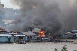 Cần Thơ: Cháy lớn cao trăm mét cạnh chợ nổi Cái Răng, nhiều căn nhà bị thiêu rụi