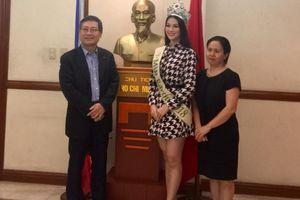 Miss Earth Phương Khánh váy ngắn trẻ trung diện kiến Đại sứ quán Việt Nam tại Philippines
