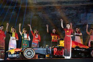 NTK Đỗ Trịnh Hoài Nam mang áo dài xuất hiện bên xe F1