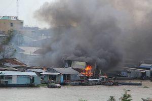 Cháy lớn ở dãy nhà ven chợ nổi Cái Răng, 5 căn nhà bị thiêu rụi