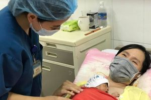 Cứu sống hai bé gái sinh đôi non tháng, nặng 0,7 kg, sức khỏe yếu