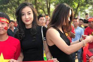 Xuất hiện bên ngoài sân xem ĐT Việt Nam, nữ CĐV được săn lùng vì vóc dáng quá đẹp