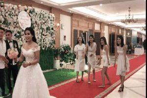 Hào hứng ném hoa cưới cho hội bạn thân, cô dâu không ngờ tất cả đều... bỏ chạy