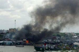 Cần Thơ: Cháy lớn ở dãy nhà ven chợ nổi Cái Răng