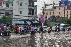 Mưa lớn làm ngập nhiều đường ven biển ở Khánh Hòa