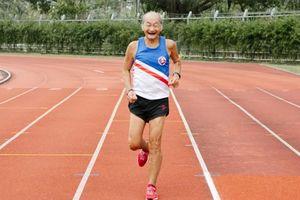 Vận động viên điền kinh Trung Quốc ở tuổi 81 vẫn không chùn bước