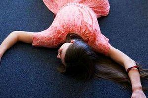 Cô gái 22 tuổi bất ngờ bị méo miệng, liệt người khi vừa ngủ dậy