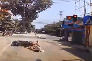 Vượt đèn đỏ, đâm thẳng vào đuôi xe máy đang qua đường