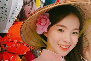 'Thiên thần nội y' Hàn Quốc khoe ảnh mặc áo dài, đội nón lá ở Hội An