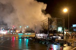 Xe tải bốc cháy gần Trạm BOT Bắc Bình Định