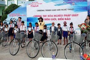 Trao 100 xe đạp cho học sinh và 1.200 lá cờ cho ngư dân nhân Ngày pháp luật 9.10