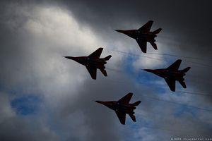 Thót tim màn nhào lộn trên không của phi đội 'Chim Yến' Nga