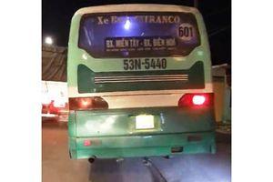 Xe buýt chạy tốc độ 'bàn thờ' trên vỉa hè ở Sài Gòn