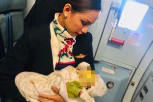 Tiếp viên hàng không cho em bé bú trên máy bay vì mẹ hết sữa