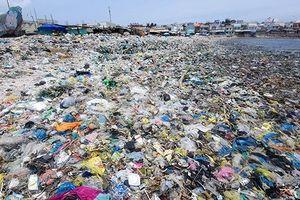 Một mình lái xe tay ga đi 6000km trong 33 ngày chỉ để chụp rác bờ biển