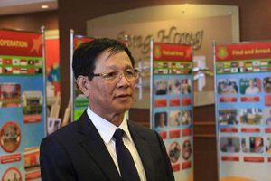 Cảnh sát áp giải cựu Trung tướng Phan Văn Vĩnh về trại giam