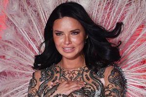Adriana Lima bật khóc trên sàn diễn chia tay Victoria's Secret sau 20 năm