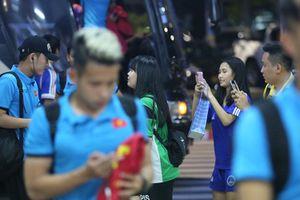 Fan nữ 'quây' Lương Xuân Trường, tặng quà ngày về nước