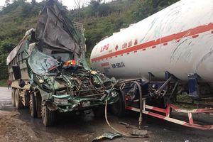 Hòa Bình: Xe bồn chở xăng va chạm xe tải, xe tải nát đầu, 2 tài xế nhập viện