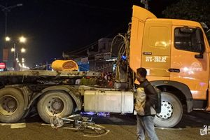 Nghệ An: Container đâm xe đạp, ba học sinh thương vong