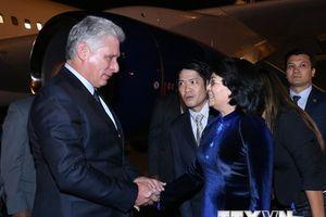 Hình ảnh Chủ tịch Cuba và phu nhân đến Hà Nội, bắt đầu thăm Việt Nam