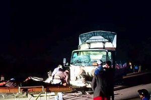 Xe máy va chạm với xe tải, 3 người tử vong tại chỗ
