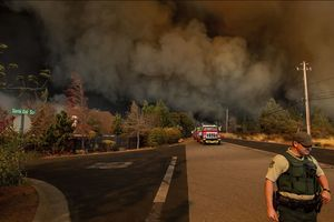 Mỹ: Cháy rừng như 'tận thế' khiến hàng chục nghìn người hoảng loạn