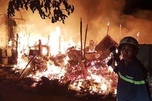 Hiện trường vụ cháy khu lán trại gần dãy nhà trọ ở Sài Gòn: Lửa rực sáng cả bầu trời, hàng chục người tháo chạy tán loạn