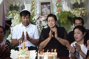 Á hậu tử nạn với chủ tịch Leicester: Tiệc sinh nhật buồn sau tang lễ