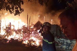 TP. HCM: Cháy lán trại, người dân ôm tài sản tháo chạy trong đêm