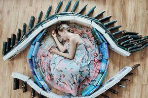 Cô gái gây sốt mạng xã hội nhờ chụp ảnh sáng tạo với hàng trăm cuốn sách