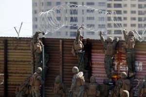 Binh lính Mỹ lập hàng rào thép gai ngăn người nhập cư ở biên giới