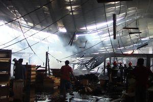 Xưởng gỗ rộng 2.000 m2 bị cháy rụi
