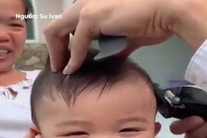 Em bé cười hết nấc khi được cắt tóc