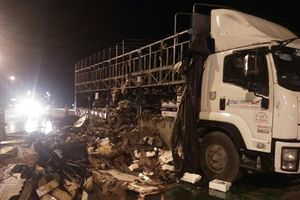 Xe tải bốc cháy dữ dội trên quốc lộ 1, người đi đường được phen hú hồn
