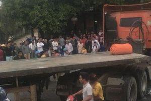 Bị cuốn vào gầm xe container, 1 học sinh tử vong, 2 em bị thương