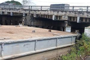Tiền Giang: Tàu 'khủng' neo đậu đe dọa chân cầu trên Quốc lộ 1A