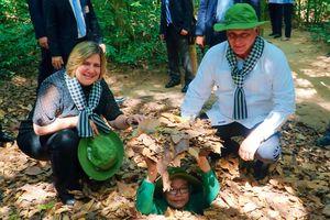 Chùm ảnh Chủ tịch Cuba thăm địa đạo Củ Chi