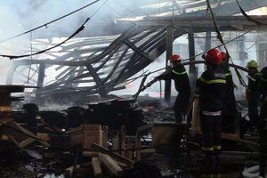 Công ty gỗ phát cháy dữ dội, công nhân chạy tán loạn