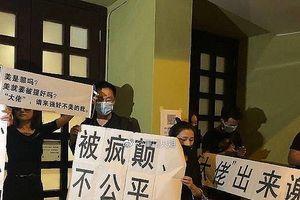 Showbiz 10/11: Đám đông 'nổi loạn' trong đám tang Lam Khiết Anh