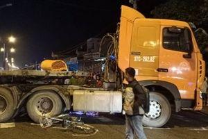 Xe container đâm vào ba học sinh