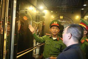 Hà Tĩnh: Niêm yết đường dây nóng ngành công an trên xe taxi, quán karaoke