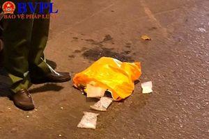 Truy bắt đối tượng trên xe ô tô ném vật nghi là ma túy trên phố