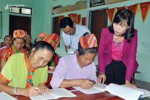Các 'Mế U60' ở miền núi Nghệ An tập đánh vần, làm phép tính đơn giản