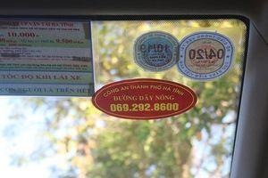 Hà Tĩnh: Niêm yết đường dây nóng công an trên taxi, khách sạn