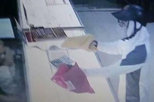 An Giang: Hai người báo tin bị kẻ cướp dùng roi điện khống chế cướp của